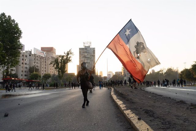 Arxivo - Bandera de Xile durant una protesta a Santiago