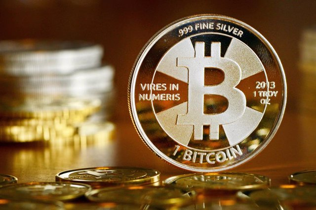 Archivo - A general view of a coin bearing the logo of the Bitcoin cryptocurrency at a coin store.