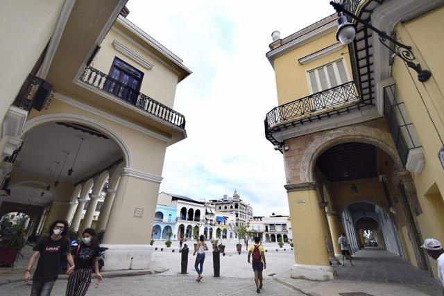 Personas con mascarilla en el casco antiguo de La Habana