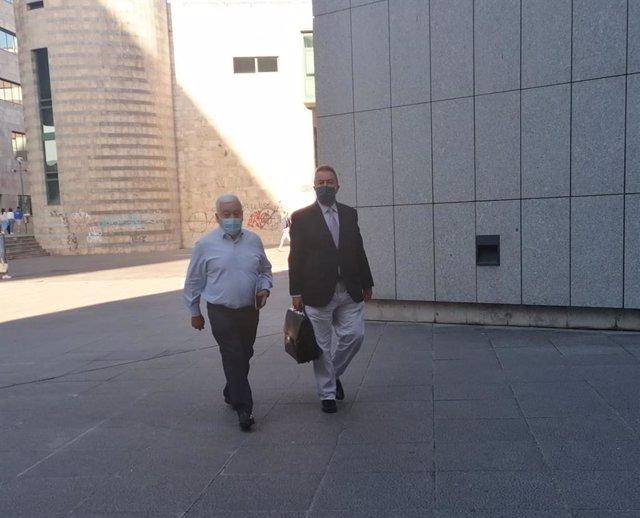 El exalcalde de Ribera de Arriba, acusado de prevaricación, llega al juzgado acompañado de su abogado.
