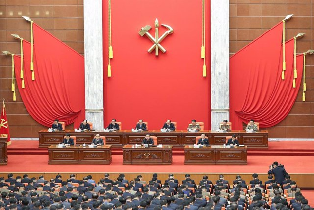 Kim Jong Un preside una reunión del partido norcoreano