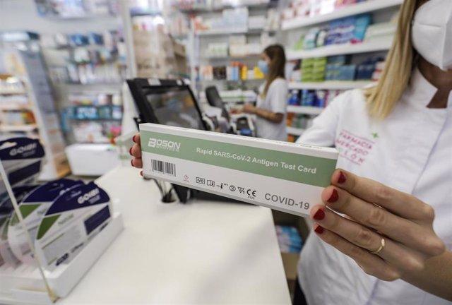 Archivo - Una caja con test de antígenos contra la COVID-19 en una farmacia, a 22 de julio de 2021, en Valencia, Comunidad Valenciana, (España). Desde este miércoles está permitida la venta de test de autodiagnóstico contra la COVID-19 en farmacias sin ne
