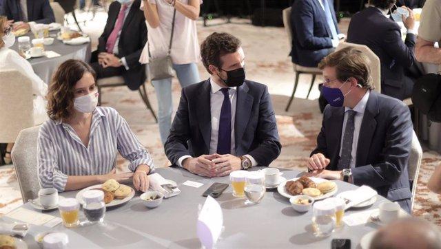 (I-D) La presidenta de la Comunidad de Madrid, Isabel Díaz Ayuso; el presidente del Partido Popular, Pablo Casado, y el alcalde de Madrid, José Luis Martínez-Almeida