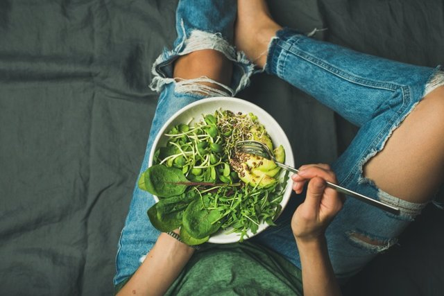 Archivo - Vegetarian breakfast bowl with spinach, arugula, avocado, seeds and sprouts