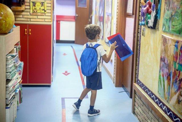 Un niño entrando a clase en un colegio de Boadilla del Monte (Madrid) durante el primer día de clase del curso 2021-2022