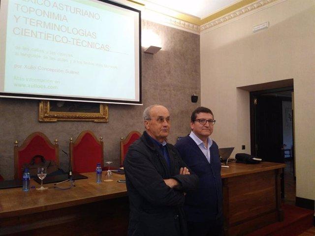 Archivo - Xulio Concepción xunto a Ramón d'Andrés, coordinador del ciclu.