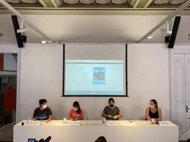 Las representantes de las organizaciones que lideran la concentración contra la ampliación del Aeropuerto de Barcelona-El Prat durante la rueda de prensa.