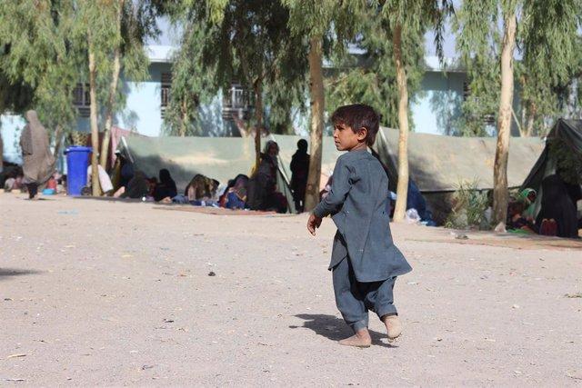 Archivo - Niño en un campamento de desplazados internos en Kandahar