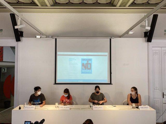 Les representants de les organitzacions que lideren la concentració contra l'ampliació de l'Aeroport de Barcelona-el Prat durant la roda de premsa