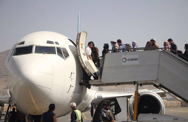 Reanudación de los vuelos internos en el aeropuerto de Kabul