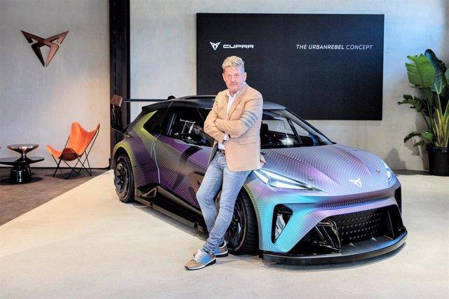 El president de Cupra, Wayne Griffiths, davant de l'UrbanRebel Concept Car, a Munic (Alemanya)