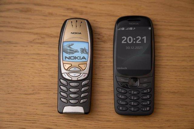 Nokia 6310 del año 2001 (izquierda) y el nuevo modelo actualizado de la gama Originals (2021)