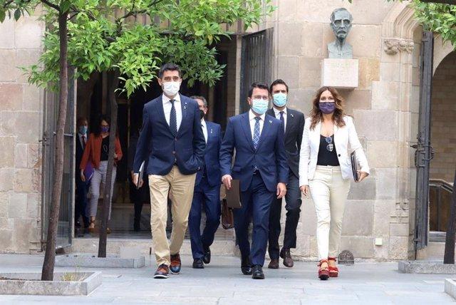 El president de la Generalitat, Pere Aragonès, al costat del vicepresident, Jordi Puigneró, la consellera de Presidència, Laura Vilagrà, i el d'Empresa i Treball, Roger Torrent, entre d'altres