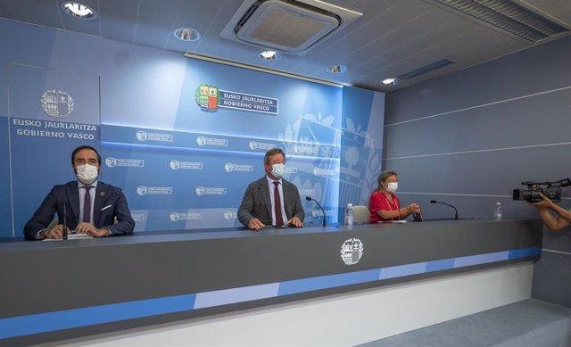 Sagardui, junto al portavoz del Gobierno Vasco, Bingen Zupiria; y al consejero de Turismo, Javier Hurtado