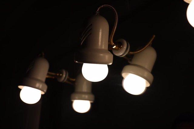 Una lámpara el día en que el precio de la luz bate un récord histórico alcanzando los 124,45 euros por megavatio hora, a 30 de agosto de 2021, en Madrid, (España).