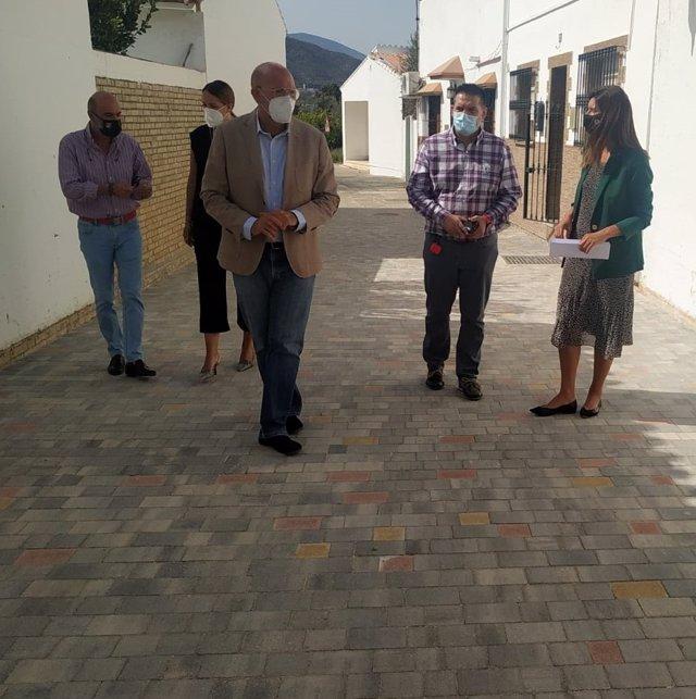 La delegada territorial de Regeneración, Justicia y Administración Local en Málaga y el alcalde de Cártama visitan obras realizadas del PFEA.