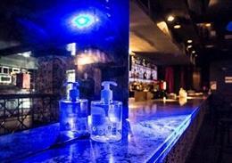 Archivo - Imagen de recurso de la barra de una discoteca