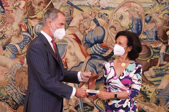 Archivo - S.M el Rey entrega a la presidenta ejecutiva de Banco Santander, Ana Botín, el premio Enrique V. Iglesias