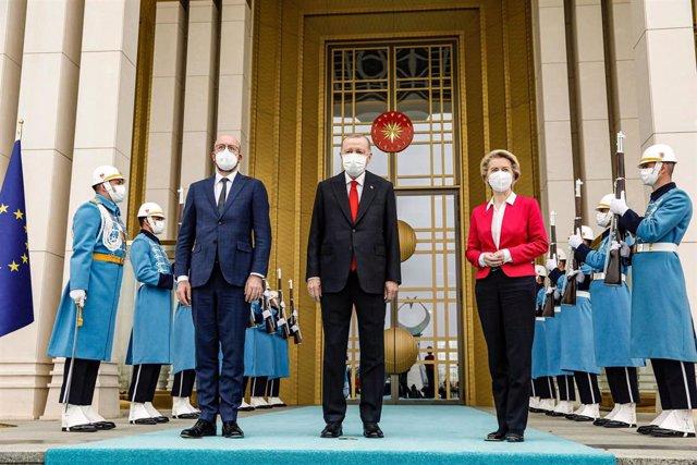 Archivo - El presidente del Consejo europeo, Charles Michel, el presidente de Turquía, Recep Tayyip Erdogan, y la presidenta de la Comisión Europea, Ursula von der Leyen.