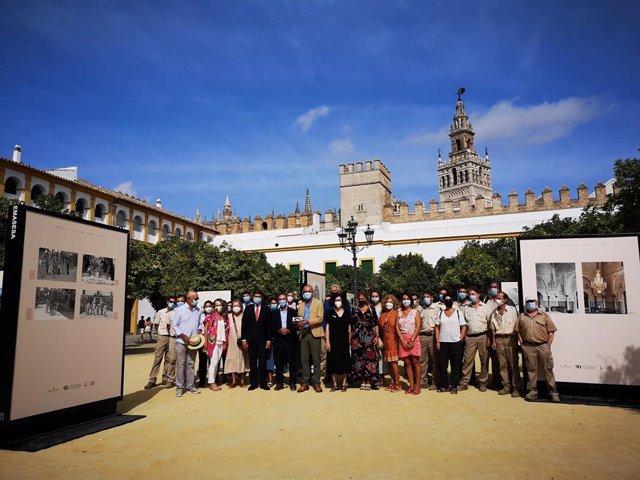 Inaugurada una muestra fotográfica en el Patio de Banderas por  los 90 años de la cesión del Alcazar a Sevilla