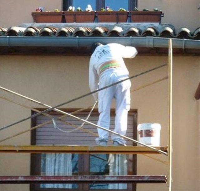 Archivo - Albañil trabajando en una casa, en una imagen de archivo