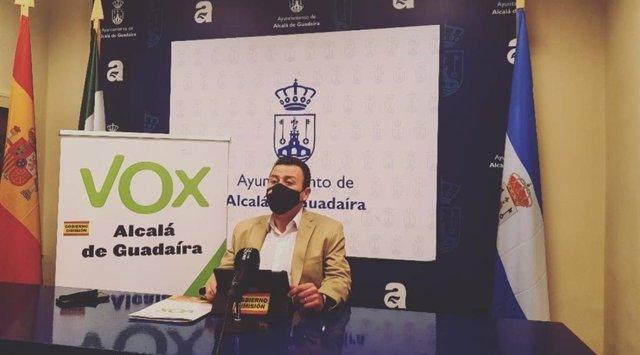 El portavoz municipal de Vox en Alcalá de Guadaíra, en rueda de prensa.