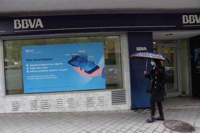 Archivo - Una persona pasa por delante de la puerta de una Oficina de BBVA en Madrid', a 22 de abril de 2021, en Madrid (España). La dirección de BBVA ha planteado el despido de 3.798 personas y el cierre de 530 oficinas.