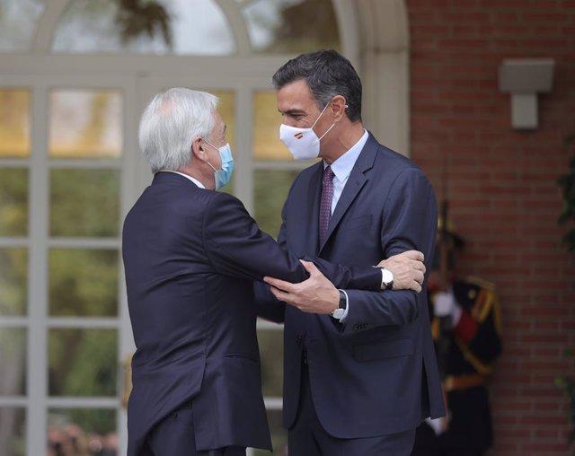 El presidente del Gobierno, Pedro Sánchez (d), recibe al presidente de la República de Chile, Sebastián Piñera (i), en el Palacio de la Moncloa, a 7 de septiembre de 2021, en Madrid (España). En su segunda visita oficial a España, Piñera se ha reunido pre