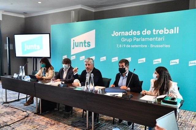 L'expresident de la Generalitat Carles Puigdemont; el secretari general de Junts, Jordi Sànchez; la president del Parlament, Laura Borràs; el president de Junts al Parlament, Albert Batet, i la portaveu parlamentària, Mònica Sales
