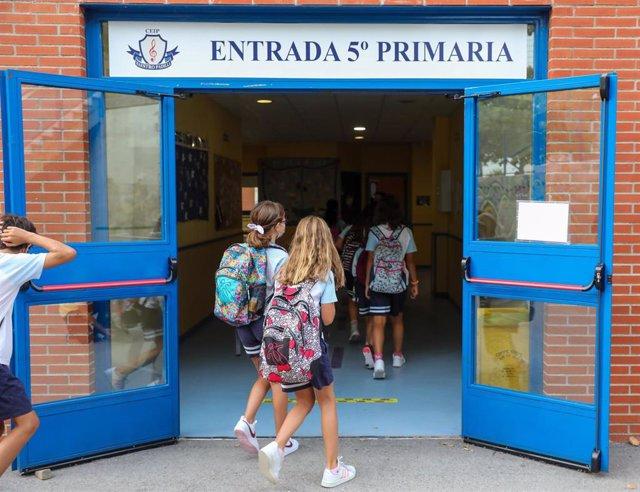 Un grupo de niños a las puertas del colegio Maestro Padilla el día en el que se inicia el curso de Educación Primaria 2021-22.