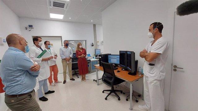 La delegada de la Junta en Almería visita el nuevo equipo de resonancia del Hospital La Inmaculada.