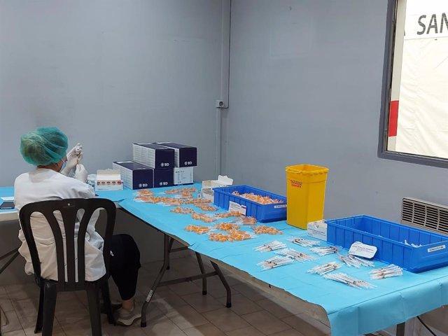 Una professional sanitària andorrana prepara vaccins contra la covid-19
