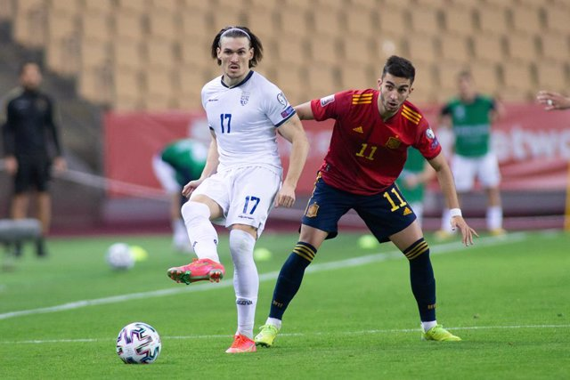 Archivo - Benjamin Kololli of Kosovo and Ferran Torres of Spain during the FIFA World Cup 2022 Qatar qualifying match between Spain and Kosovo at Estadio La Cartuja on March 31, 2021 in Sevilla, Spain