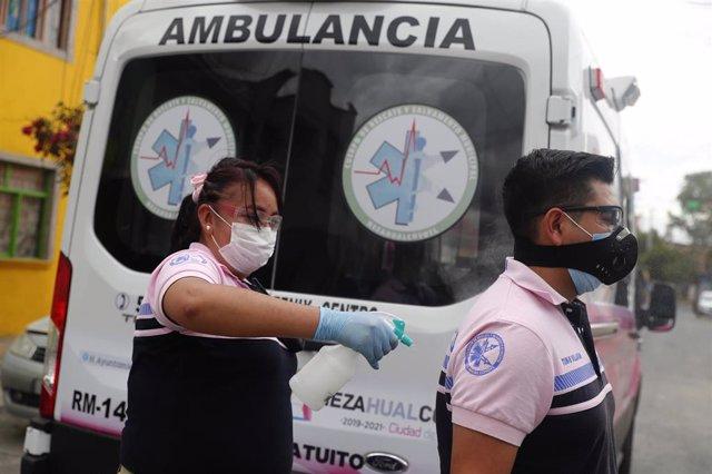 Trabajadores sanitarios junto a una ambulancia en México
