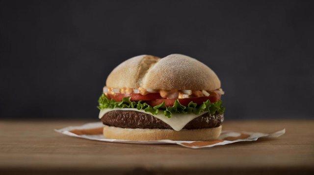 Archivo - McDonald's lanza una hamburguesa en apoyo a los productores locales frente a la crisis del Covid-19