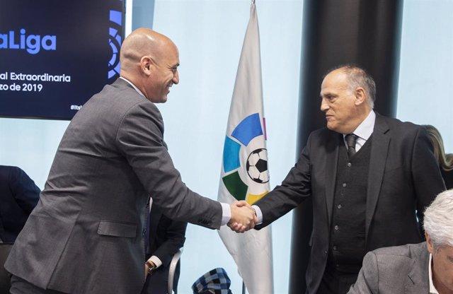 Archivo - Luis Rubiales, presidente de la Real Federación Española de Fútbol (RFEF), con el presidente de LaLiga, Javier Tebas
