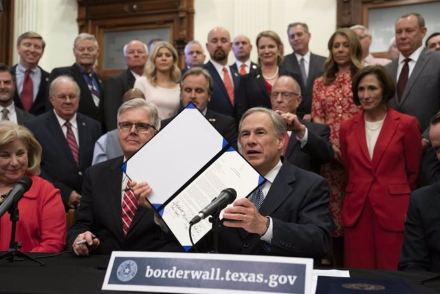 Archivo - 16 June 2021, US, Austin: Texas leaders including Gov. Greg Abbott (C) and Dam Patrick (L) announce a campaign to build a southern border wall with Mexico using a combination of state and privately donated funds. Abbott voiced frustration with U
