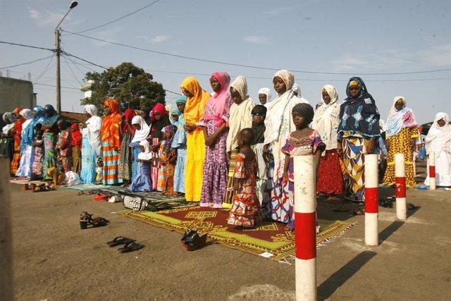 Un grupo de mujeres en las inmediaciones de una mezquita en Abiyán, Costa de Marfil.