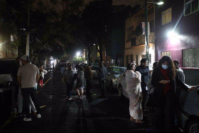 Un grupo de personas en plena calle tras abandonar sus hogares al anuciarse la alarma sísmica por un terremoto de 7,1 que ha tenido su epicentro en Acapulco.