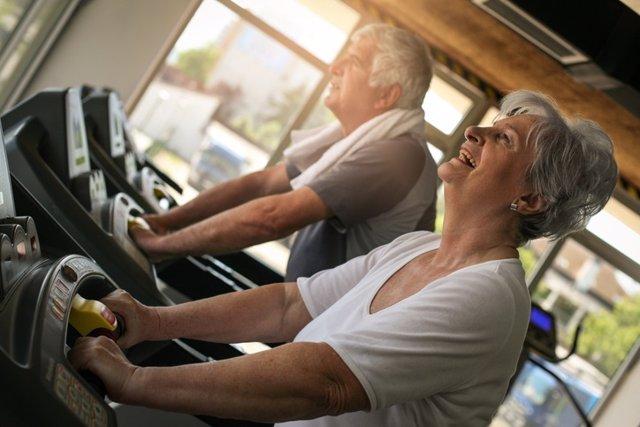 Archivo - Senior couple on jogging machine. Senior couple workout in the gym.