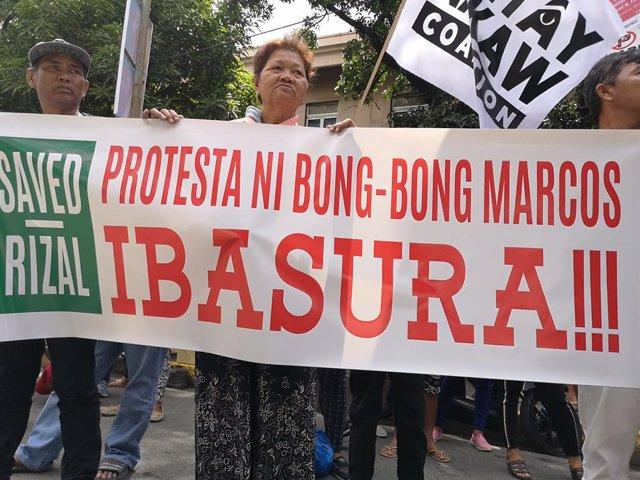 Archivo - Manifestación de seguidores de la vicepresidenta Leni Robredo frente al Supremo de Filipinas contra los intentos de Ferdinand 'Bong-Bong' Marcos Jr por revertir los resultados de las elecciones de 2016