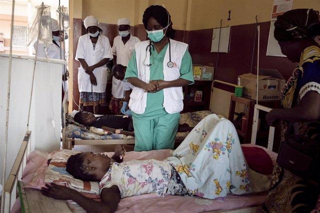 Archivo - Una paciente con VIH en un hospital de Bangui apoyado por MSF