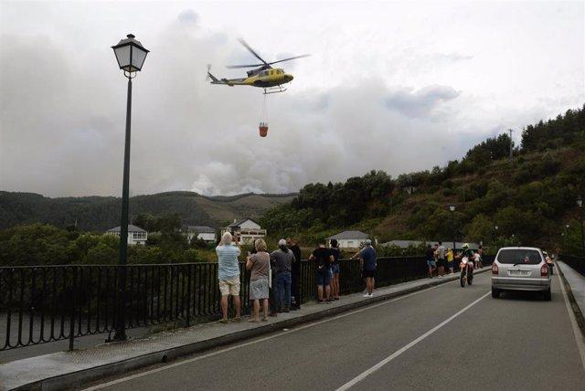 Un helicóptero forestal trabaja en las tareas de extinción de incendios de un fuego en el municipio de Ribas de Sil, en la parroquia homónima, muy cercana a Rairos, a 6 de septiembre de 2021, en Ribas de Sil, Lugo, Galicia (España)