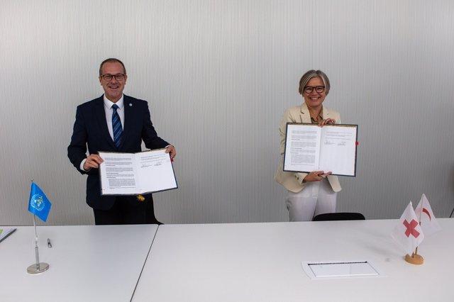 El Dr. Hans Henri P Kluge, Director Regional de la OMS para Europa, y la Sra. Birgitte Bischoff Ebbesen, Sra. Birgitte Bischoff Ebbesen, firman un Memorando de Entendimiento entre la OMS / Europa y la Federación Internacional de Sociedades de la Cruz Roja