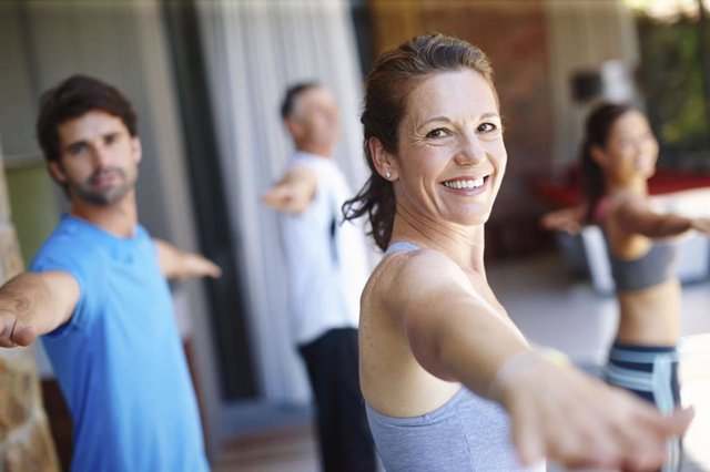 Archivo - Gente haciendo gimnasia. Sonrisa. Dientes. Deporte