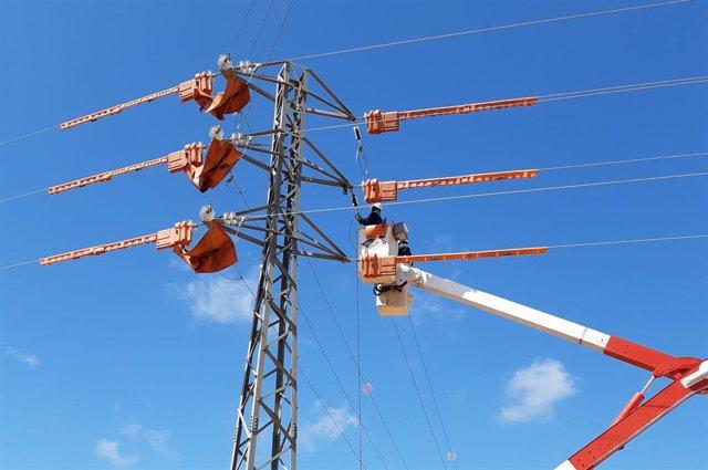 Instalación del doble circuito eléctrico entre s'Estanyol y Cala Pi.