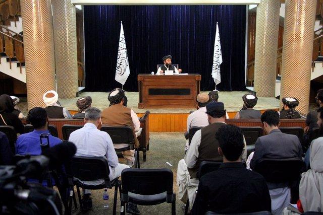 El portavoz talibán, Zabihulá Mujahid, durante el anuncio de la composición del nuevo gobierno