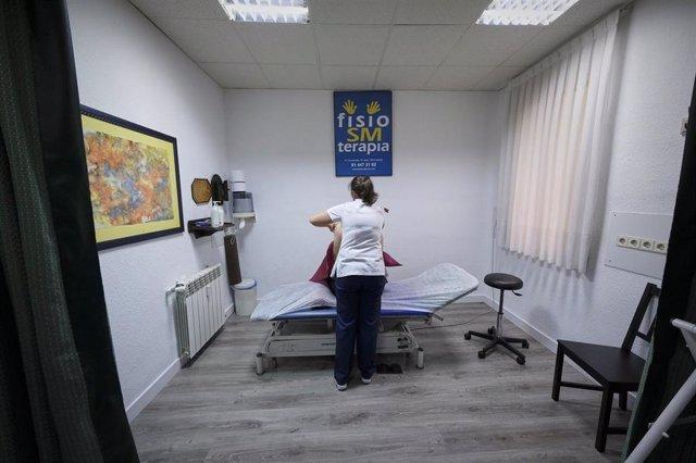 Archivo - Una fisioterapeuta ciega de la Clínica Fisio SM Terapia (calle Covarrubias, 35) prepara la camilla de un paciente en el primer día de la fase 1 de la desescalada en Madrid. La Clínica Fisio SM Terapia (calle Covarrubias, 35) reabrió sus puertas