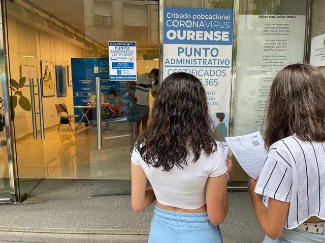 Personas acuden al Espazo Xove de Ourense a realizan algún trámite realacionado con la Covid.