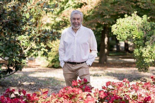 El escritor Antonio Muñoz Molina posa durante una rueda de prensa para presentar su libro, 'Volver a dónde' en la Biblioteca del Parque del Retiro, a 8 de septiembre de 2021, en Madrid (España). Muñoz Molina regresa a la ficción con esta novela que es una